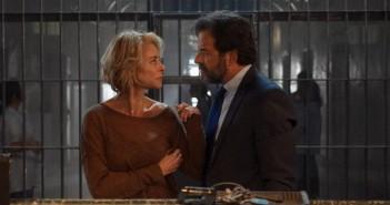 Belén Rueda y Abel Folk en una escena de 'La Embajada'