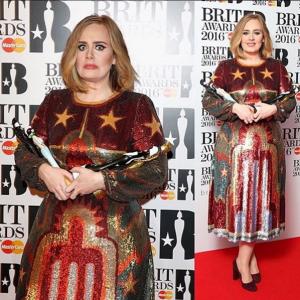 Adele posando con sus cuatro estatuillas