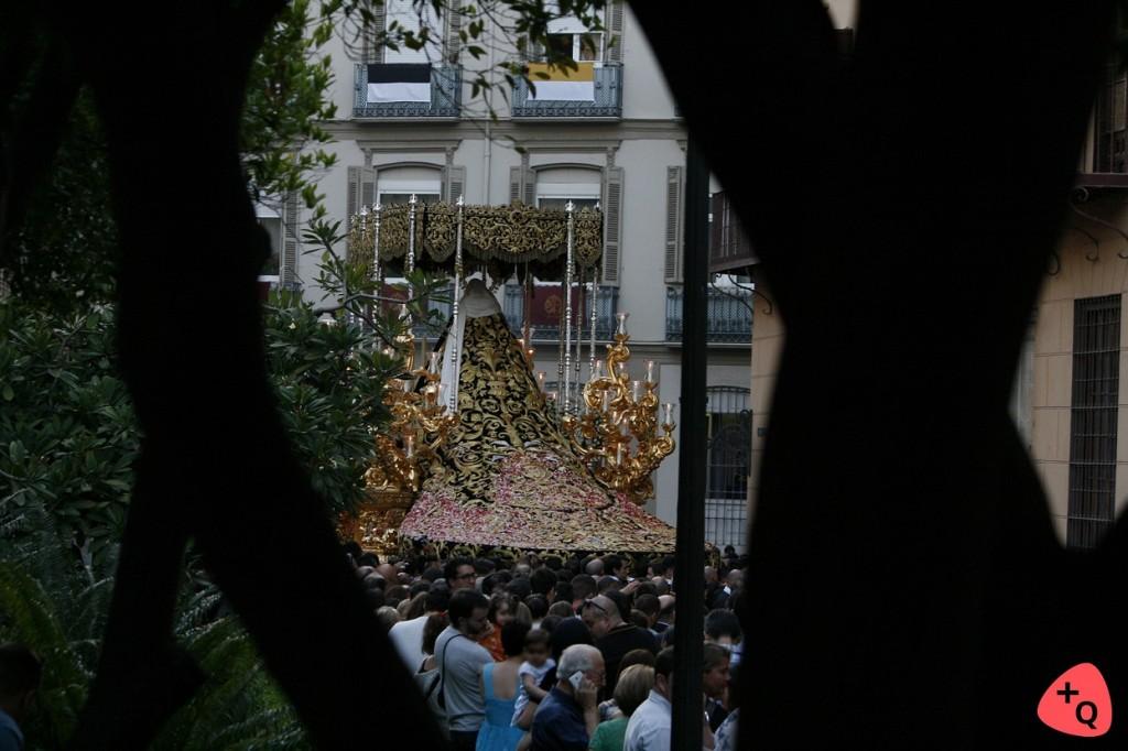 Soledad de Mena Coronada entre los árboles del Patio de los Naranjos (© 2016 Alicia Martín)