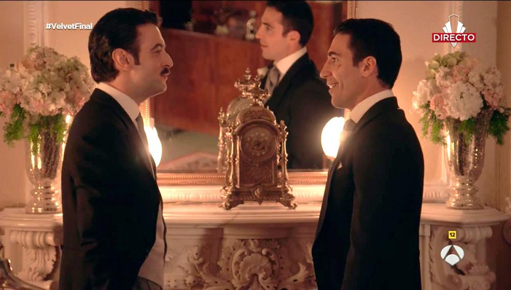 Javier Rey y Miguel Ángel Silvestre, en la piel de Mateo y Alberto respectivamente, durante una escena en directo del final de 'Velvet'