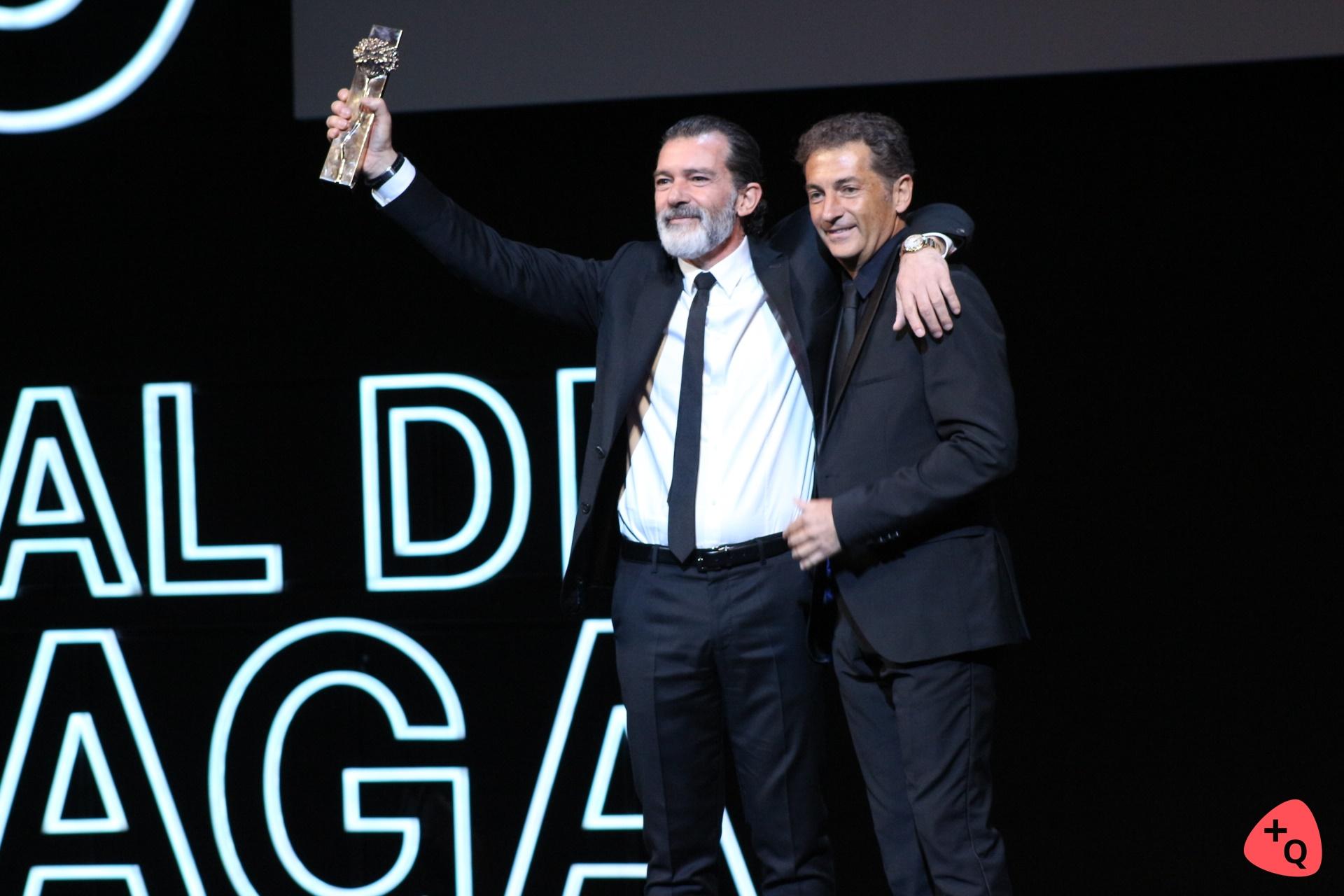 Antonio Banderas, junto a su hermano, recogiendo la biznaga honorífica (© 2017 Paloma Martos)