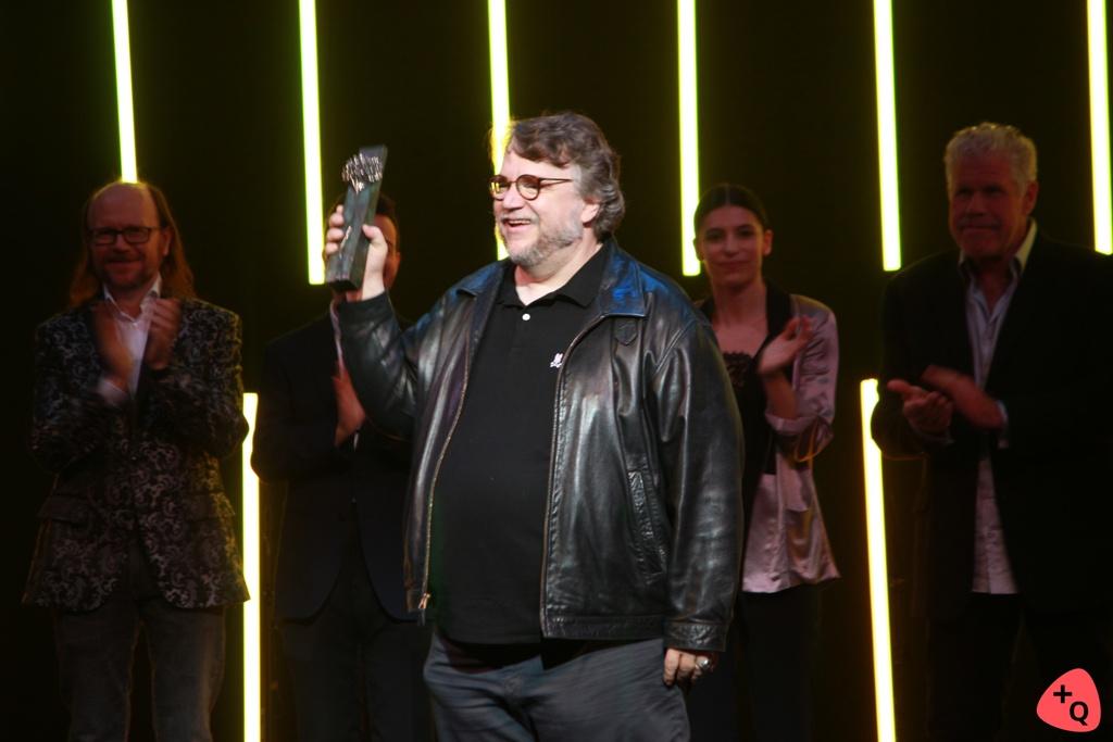 Guillermo del Toro sosteniendo la biznaga (© 2018 Paloma Martos)